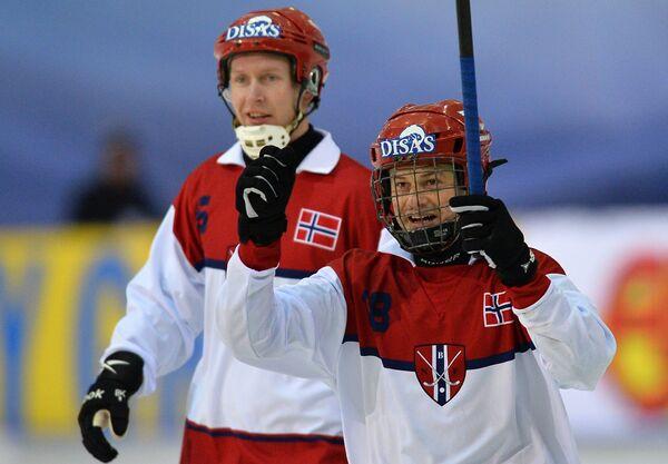Игроки сборной Норвегии Петтер Моен (слева) и Магнус Хегевольд радуются забитому мячу