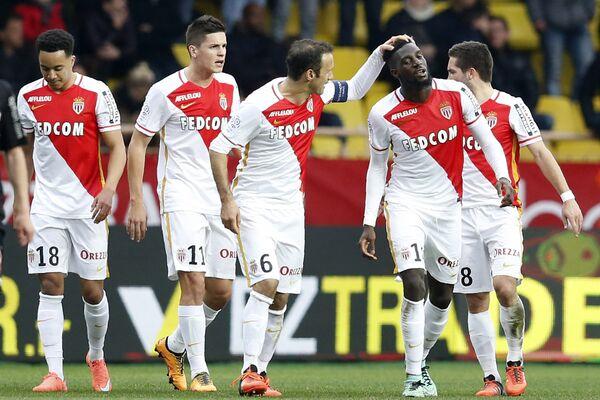 Футболисты Монако радуются забитому мячу