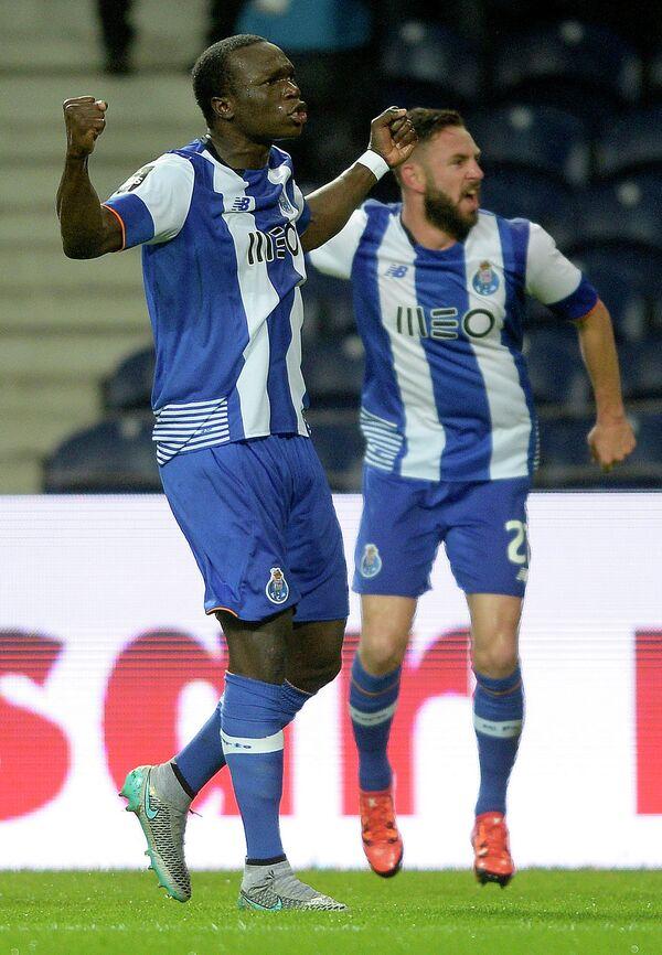 Футболист Порту Венсан Абубакар (слева)