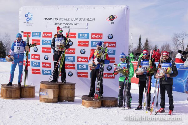 Церемония награждения после мужской спринтерской гонки на этапе Кубка мира в американском Преск-Айле