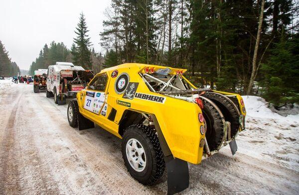 Машины перед стартом третьего этапа гонки-Баха Россия - Северный лес