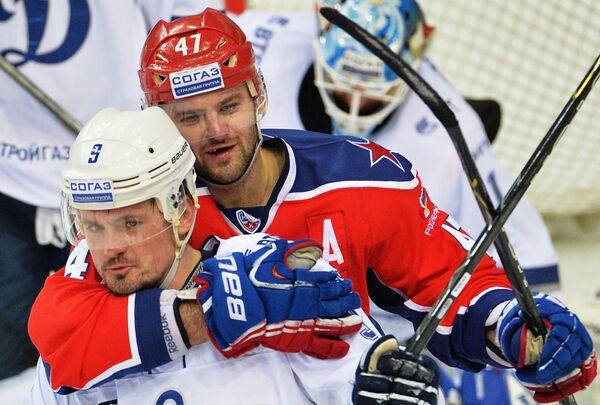 Нападающие Динамо (Москва) Алексей Цветков (слева) и ЦСКА Александр Радулов