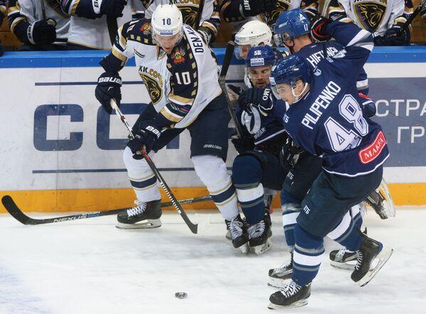 Форвард Сочи Денис Казионов, хоккеисты Динамо Иван Игумнов и  Кирилл Пилипенко (слева направо)