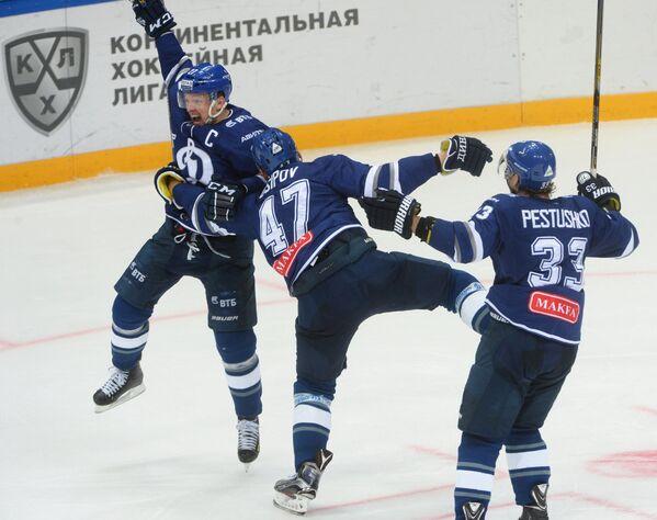 Хоккеисты Динамо Алексей Терещенко, Александр Осипов и Максим Пестушко (слева направо)
