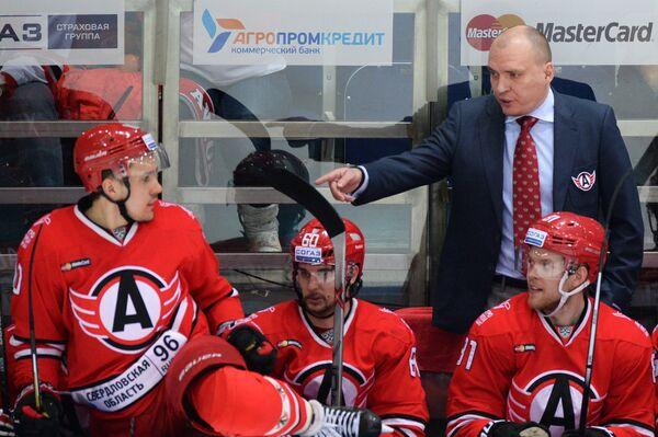 Главный тренер Автомобилиста Андрей Разин (справа на втором плане)