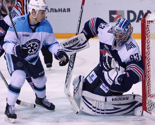 Форвард ХК Сибирь Дамир Жафяров (слева) и вратарь Металлурга Василий Кошечкин