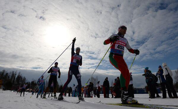 Участники на дистанции IX Традиционного Международного Дёминского лыжного марафона в Ярославской области