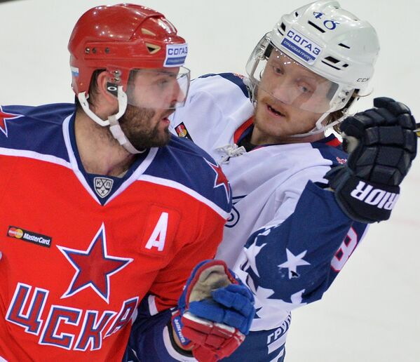 Форварды ЦСКА Александр Радулов (слева) и Торпедо Карл Клингберг