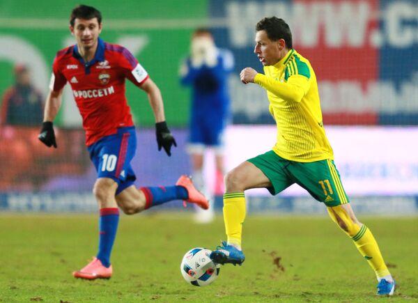 Полузащитник ЦСКА Алан Дзагоев (слева) и полузащитник Кубани Георге Букур