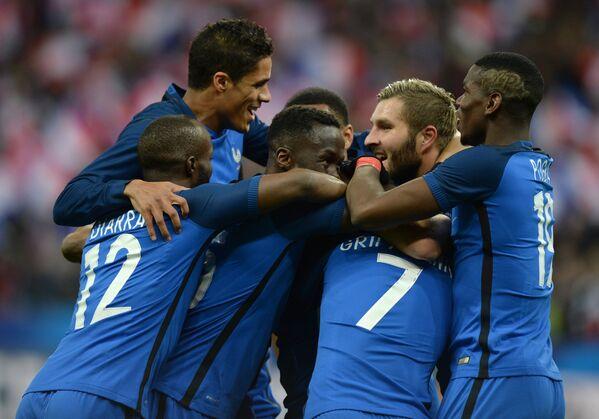 Футболисты сборной Франции радуются голу
