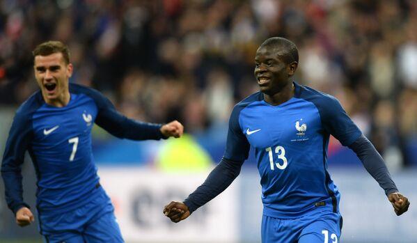 Футболисты сборной Франции Антуан Гризманн (слева) и Н'Голо Канте радуются голу