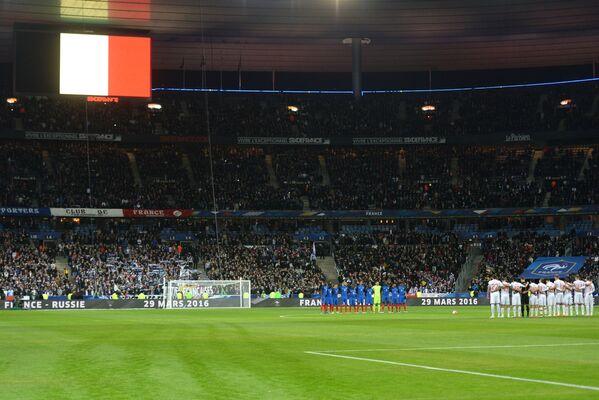 Футболисты сборной России (на первом плане) и сборной Франции