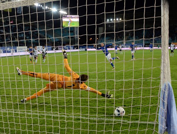 Вратарь Краснодара Станислав Крицюк пропускает мяч в свои ворота