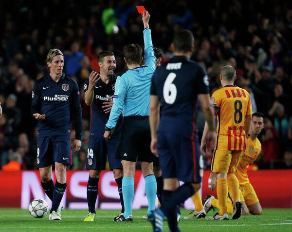 Феликс Брых показывает красную карточку нападающему Атлетико Фернандо Торресу (крайний слева)