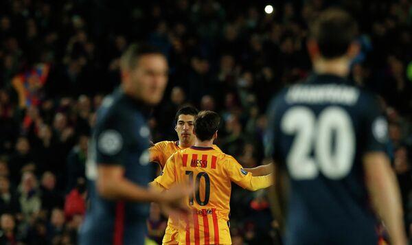 Футболисты Барселоны Луис Суарес и Лионель Месси после забитого в ворота Атлетико мяча