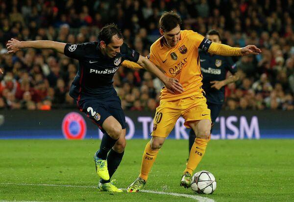 Защитник Атлетико Диего Годин и форвард Барселоны Лионель Месси (слева направо)