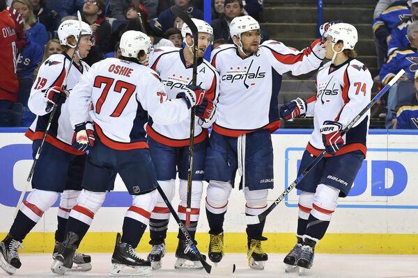 Хоккеисты Вашингтона празднуют заброшенную шайбу. Второй справа - Александр Овечкин