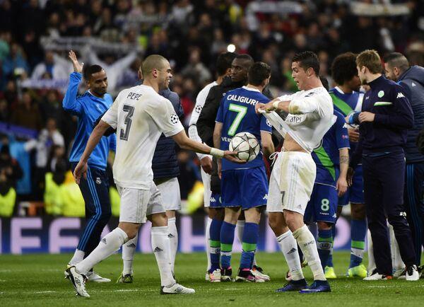 Футболисты Реала Криштиану Роналду и Пепе (справа налево на первом плане)