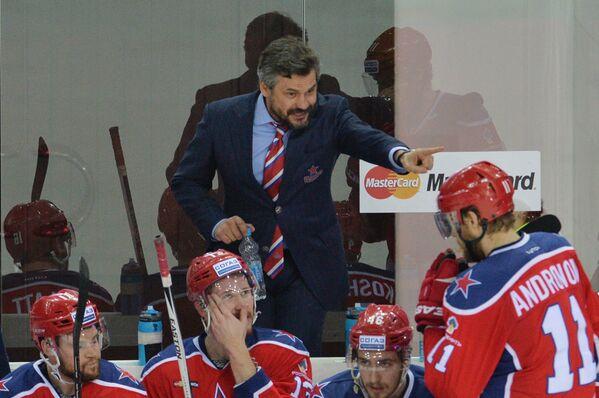 Главный тренер ЦСКА Дмитрий Квартальнов и хоккеисты клуба