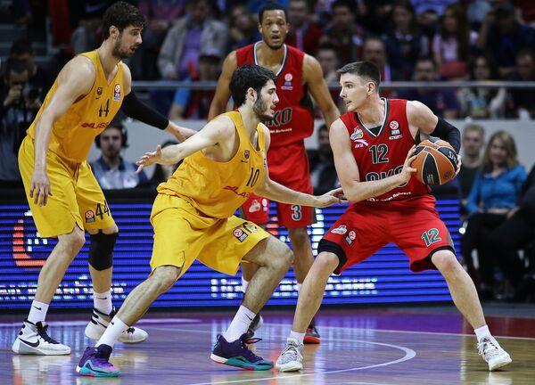 Баскетболисты Локомотива Мэтт Дженнинг, Энтони Рэндольф и баскетболисты Барселоны Алехандро Абринес, Анте Томич (справа налево)