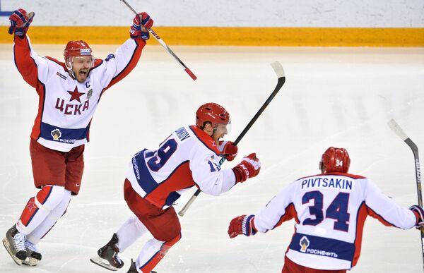 Хоккеисты ЦСКА Денис Денисов, Михаил Юньков и Никита Пивцакин (слева направо)