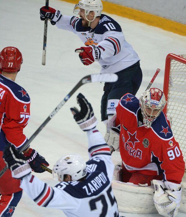 Форварды Металлурга Данис Зарипов (на первом плане) и Сергей Мозякин (на дальнем плане) радуются забитой шайбе