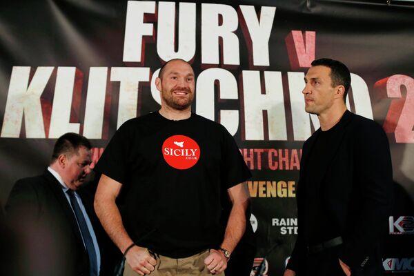 Владимир Кличко и Тайсон Фьюри (справа налево)