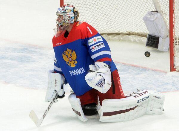 Вратарь сборной России Семён Варламов пропускает шайбу