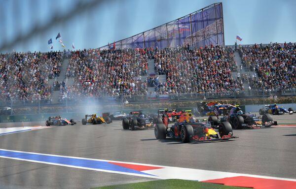 Болиды на старте Гран-при России Формулы-1