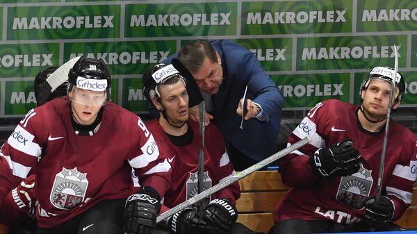 Главный тренер сборной Латвии Леонид Береснев (второй справа)