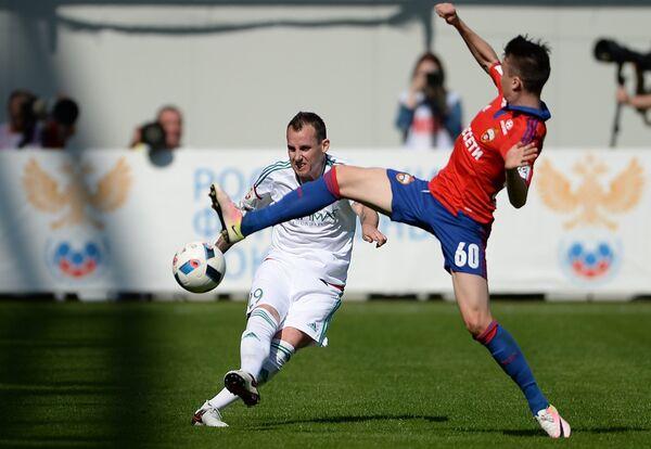 Защитник Терека Люк Уилкшир (слева) и полузащитник ЦСКА Александр Головин