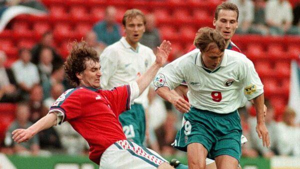 Нападающий сборной России Игорь Колыванов (слева) во время матча против чехов на Евро-1996