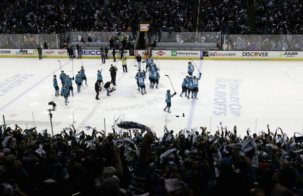 Хоккеисты Сан-Хосе Шаркс радуются выходу в полуфинал плей-офф НХЛ