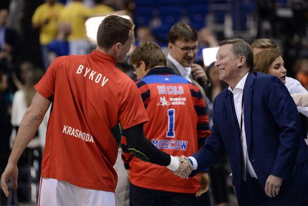 Руководитель администрации президента РФ Сергей Иванов (справа) и защитник БК Локомотив-Кубань Сергей Быков