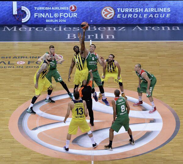 Игровой полуфинального матча Финала четырех баскетбольной Евролиги Фенербахче - Лабораль Кутча