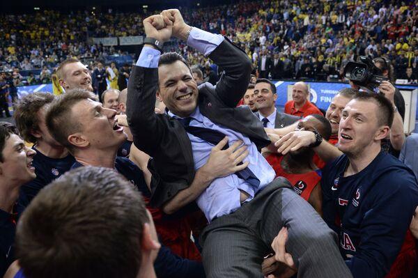 Игроки ПБК ЦСКА качают на руках главного тренера Димитриса Итудиса (в центре)