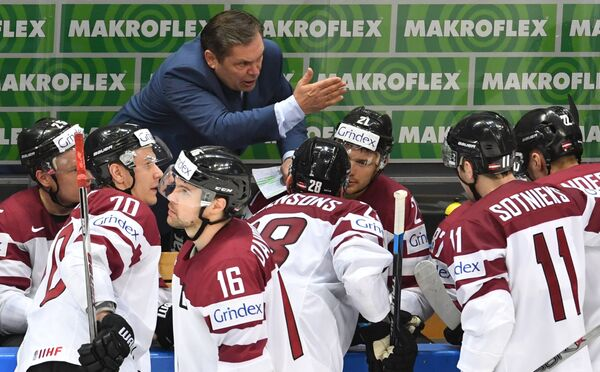 Главный тренер сборной Латвии Леонид Береснев и хоккеисты команды