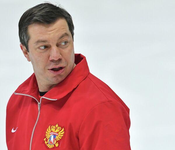 Тренер сборной России Илья Воробьев во время тренировки