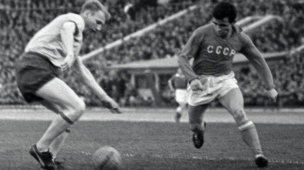 Игрок сборной СССР по футболу Галимзян Хусаинов (справа) во время матча на Кубке европейских наций в 1964 году