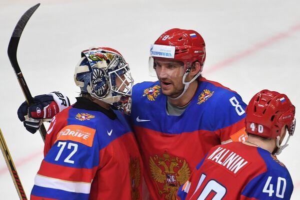 Хоккеисты сборной России Сергей Бобровский, Александр Овечкин и Сергей Калинин (слева направо)