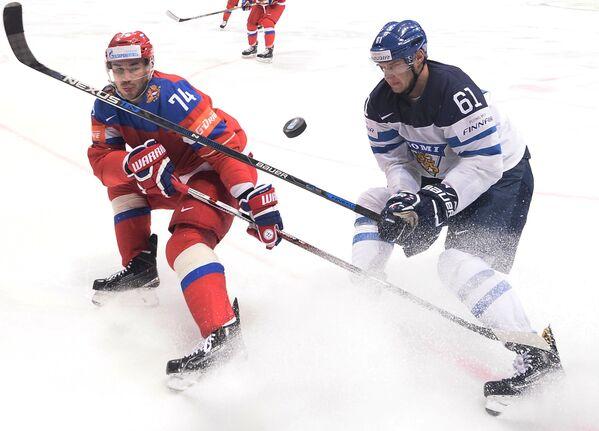 Защитник сборной России Алексей Емелин (слева) и форвард сборной Финляндии Александр Барков