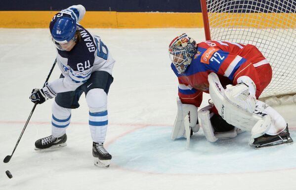 Форвард сборной Финляндии Микаэль Гранлунд (слева) и вратарь сборной России Сергей Бобровский