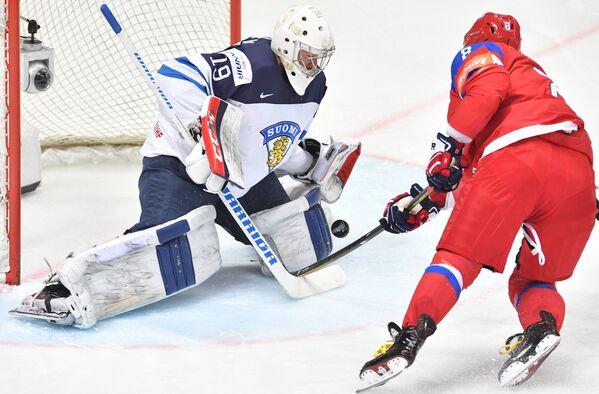 Вратарь сборной Финляндии Микко Коскинен (слева) и форвард сборной России Александр Овечкин