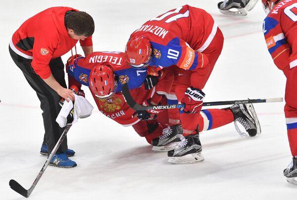 Нападающий сборной России Иван Телегин (слева), получивший травму
