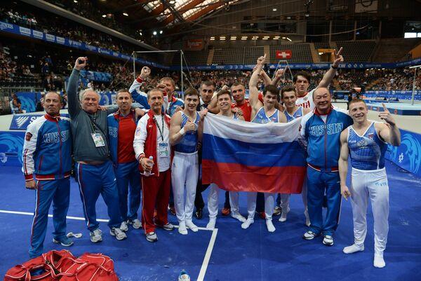 Тренеры и российские гимнасты Никита Игнатьев, Никита Нагорный, Давид Белявский и Николай Куксенков (в центре слева направо) и Денис Аблязин (справа)