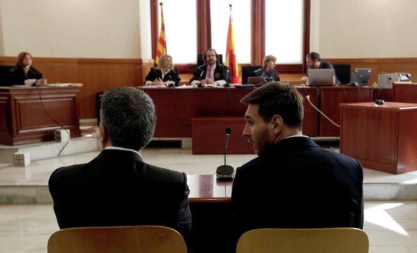 Футболист Барселоны и сборной Аргентины Лионель Месси (на первом плане справа)