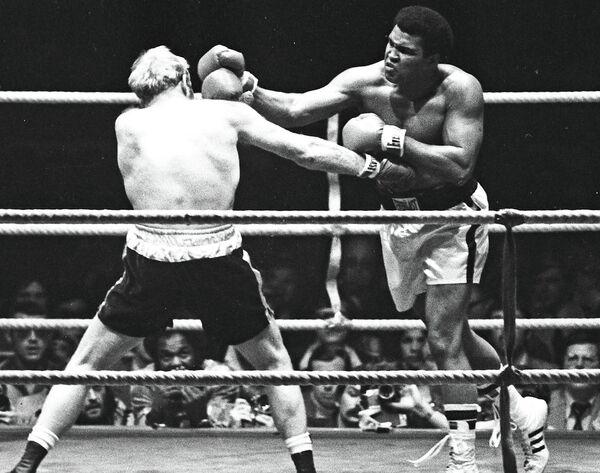 Мохаммед Али (справа) и Ричард Данн, 1976 год