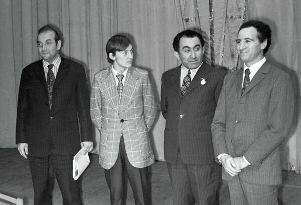 Слева направо: Виктор Корчной, Анатолий Карпов, Тигран Петросян и Лев Полугаевский, 1973 год