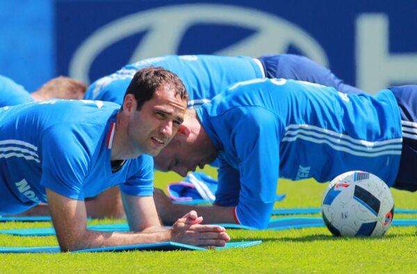 Футболисты сборной России Роман Широков (слева) и Денис Глушаков во время тренировки