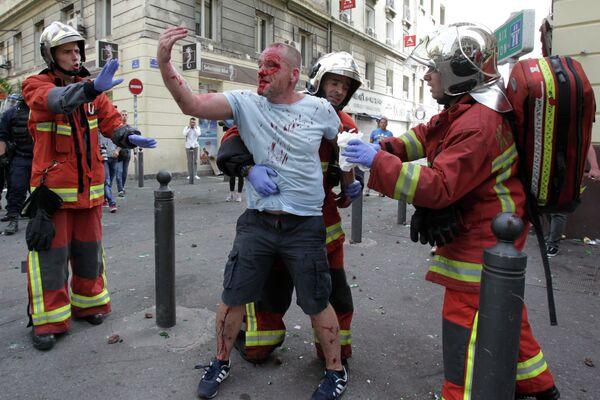 Английский болельщик во время беспорядков в Марселе